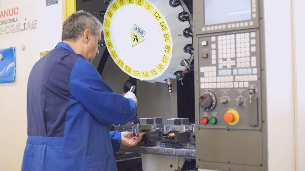 Ein Mann arbeitet an einer CNC-Maschine