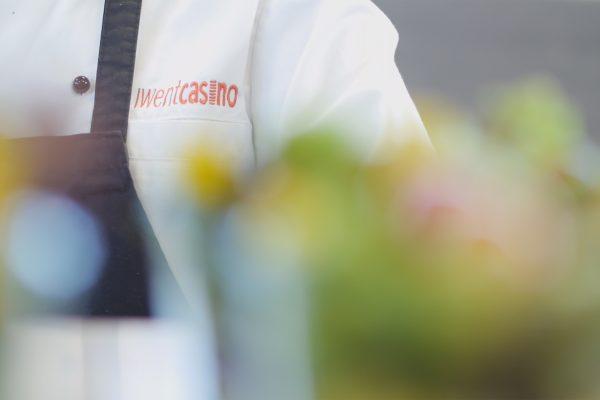Eine Person mit einer Iwentcasino Kochjacke und einer Schürze