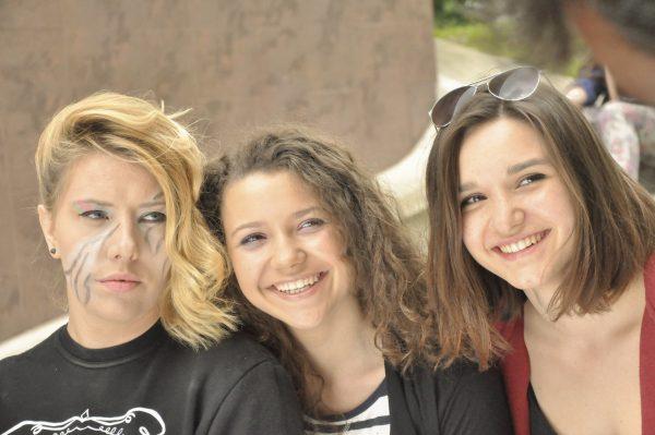 Drei junge Frauen lächeln in die Kamera