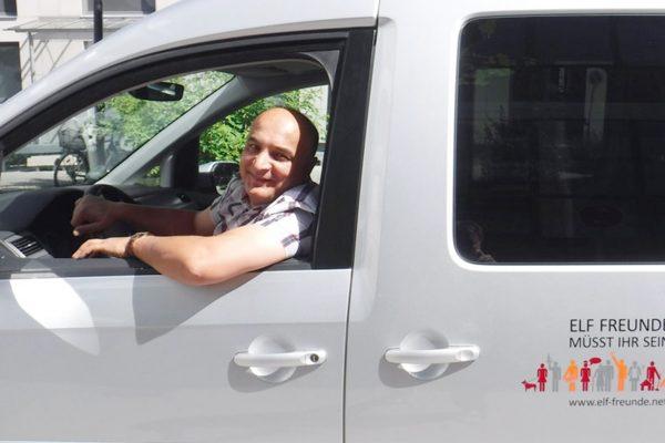 Ein Mann sieht aus dem Fenster eines Fahrzeuges