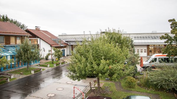 Blick auf das Firmengelände der IWL in MAchtlfing mit Gebäuden und grünen Bäumen