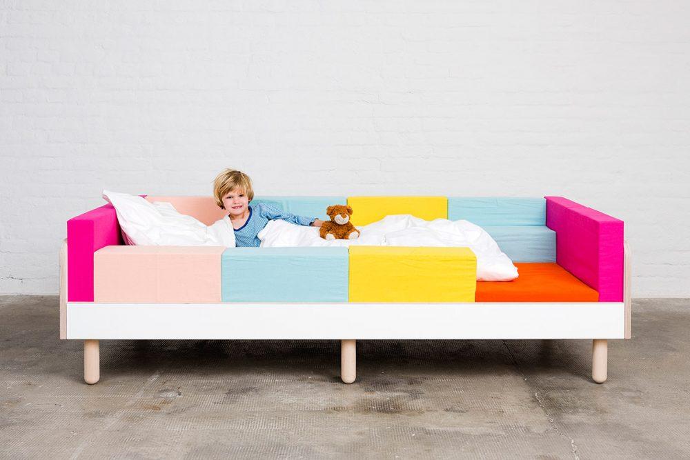 Ein Junge liegt mit einer weißen Decke und einem Kissen auf dem growing Bed