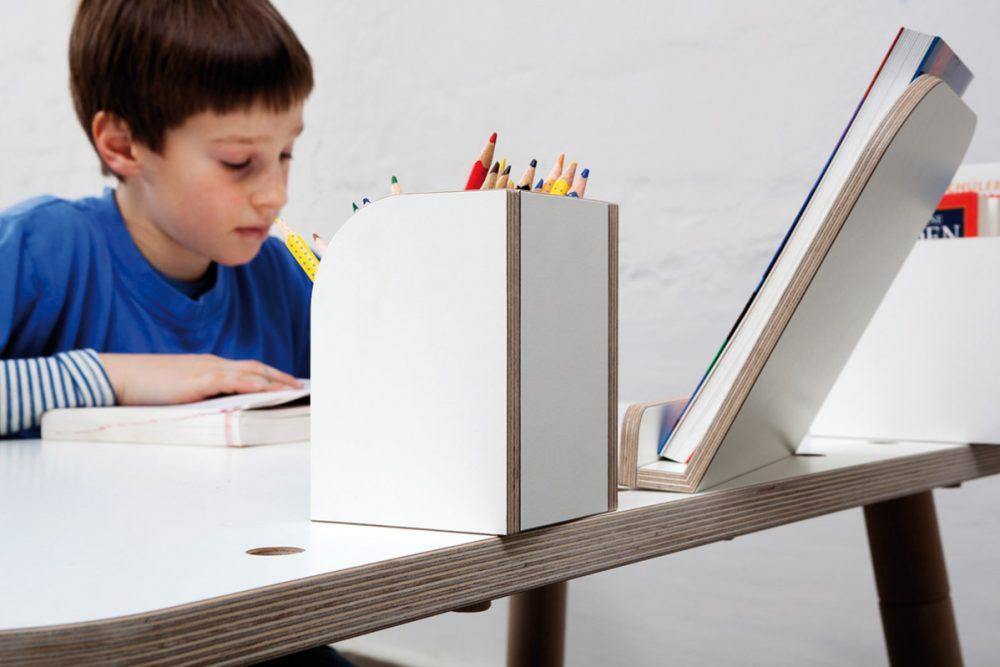 Ein Junge sitzt am growing Table und ließt ein Buch