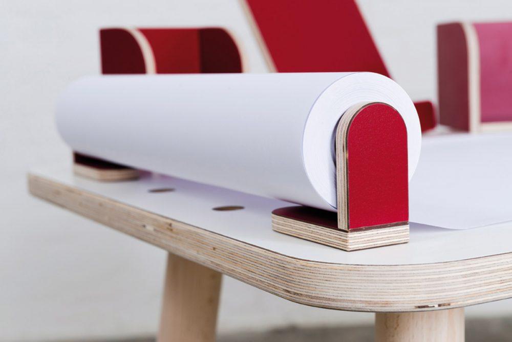 Eine rote Papierrolle die an dem growing table befestigt ist