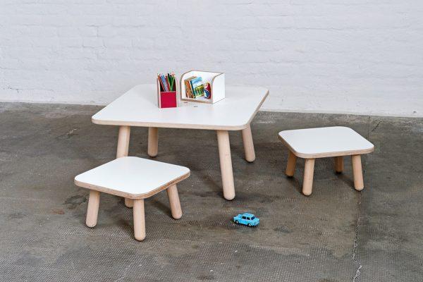 growing Table Tisch square mit zwei Stühlen davor
