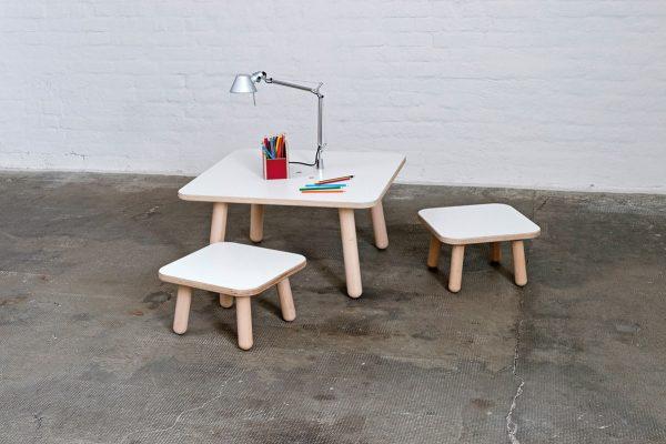 growing desk mit zwei Stühlen