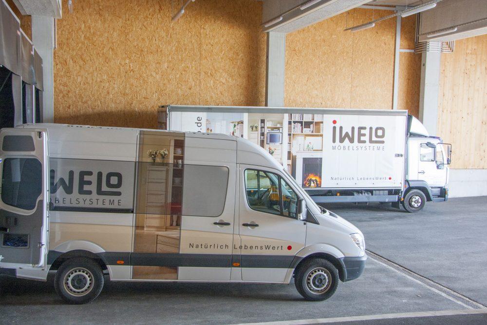 Zwei Lieferfahrzeuge mit IWELO-Werbung