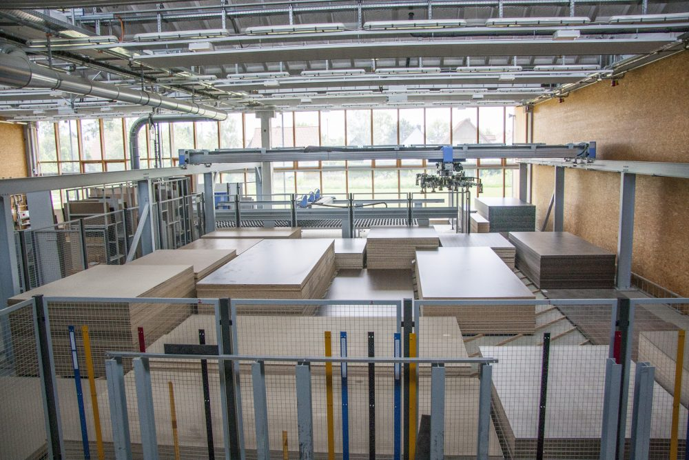 Blick auf das computergesteuerte Holzplattenlager