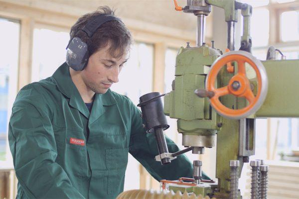 Fabian Husel an einer Maschine aus dem Holzbereich