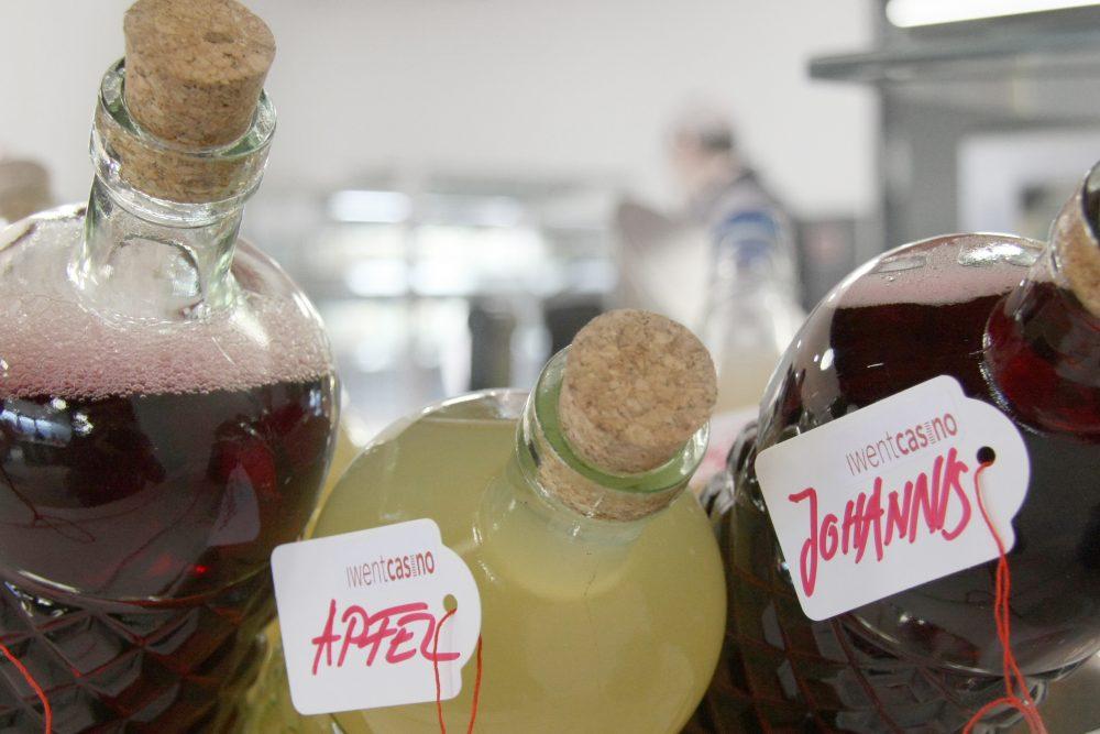 zwei liegende flaschen mit säften