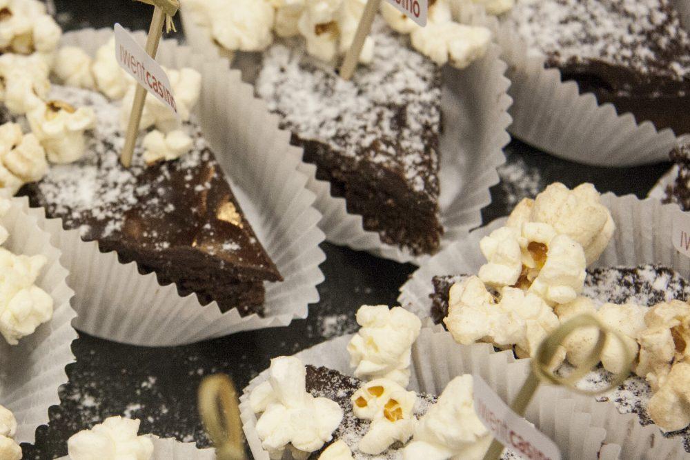 Schokoladenkuchen mit Popcorn und iwentcasino Spießen