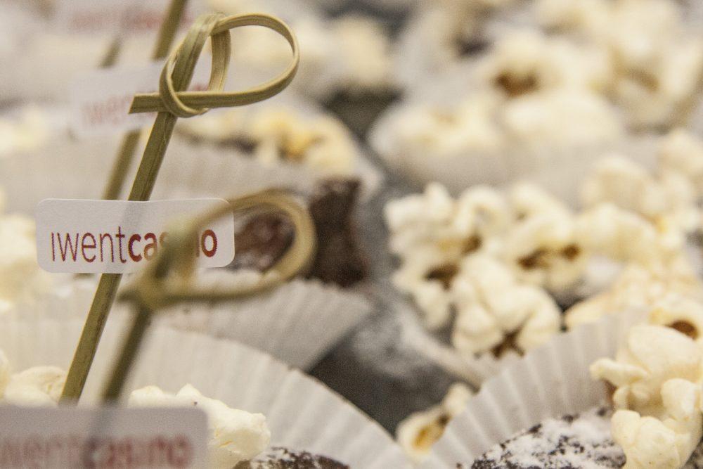Schokogebäck verziert mit Puderzucker und Popcorn