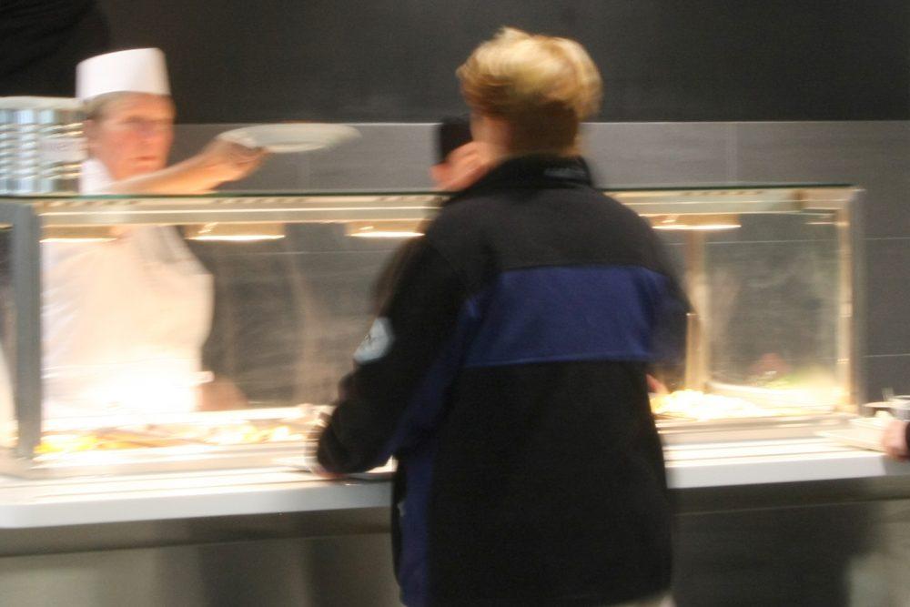 Gäste werden an der essenausgabe bedient