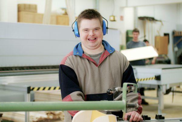Ein Mann mit Gehörschutz am Arbeitsplatz