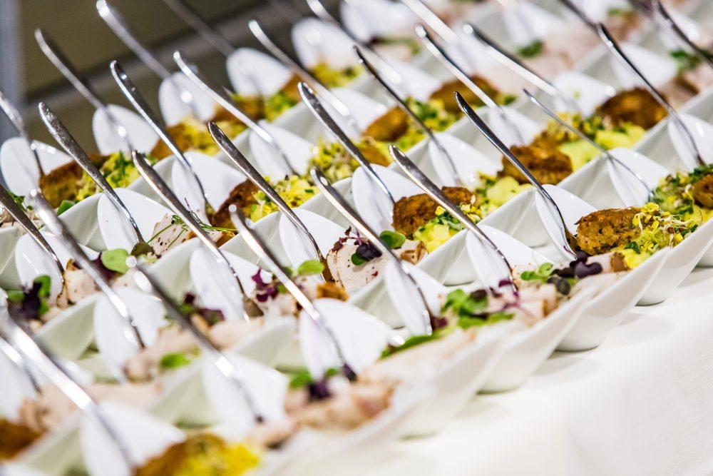 Warme Speisen in kleinen Tellern angerichtet.