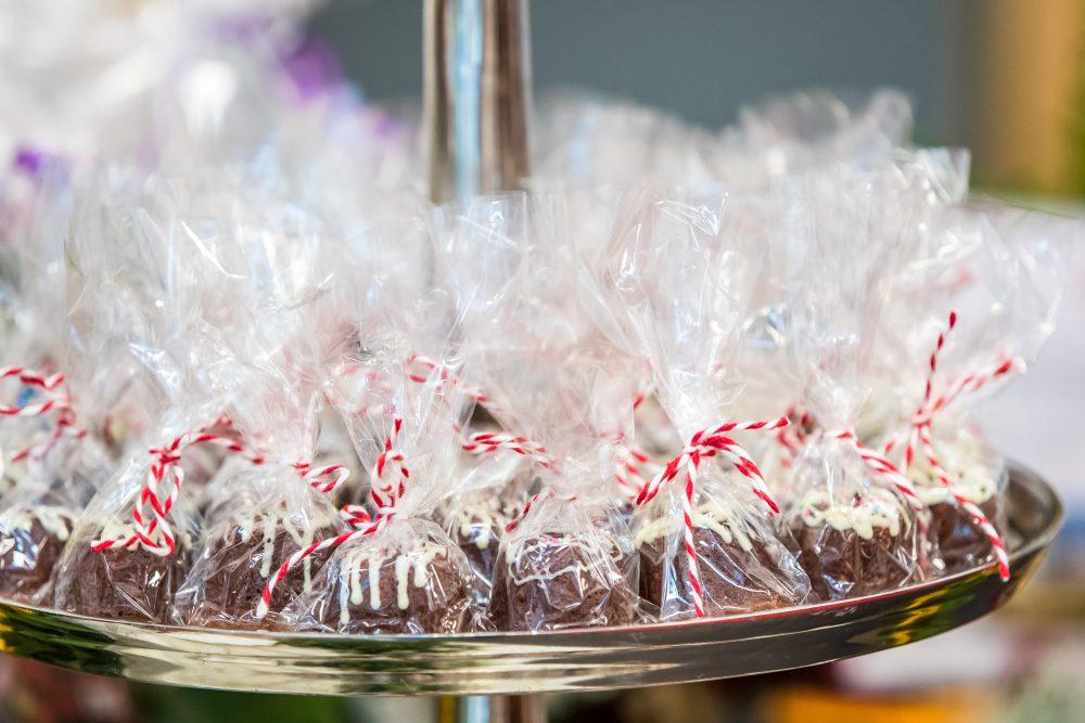 Kleine Schokoladenkuchen als Geschenk verpackt.