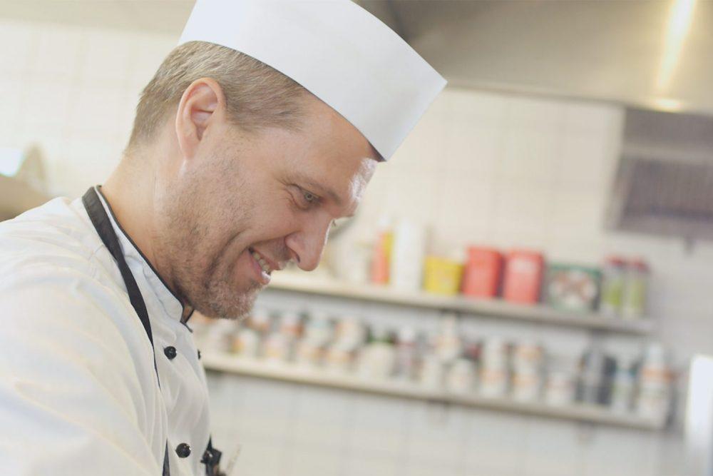 ein lachender Koch