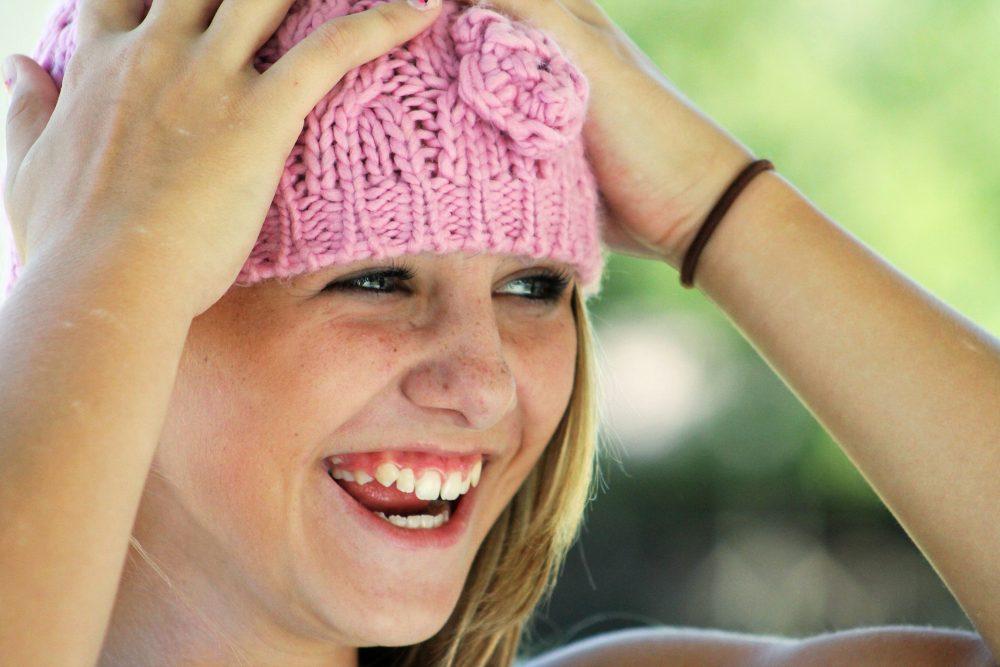 Lachendes Maedchen mit Mütze
