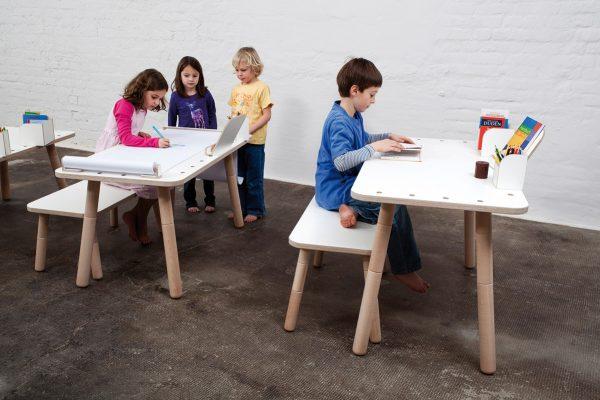 Malende und Spielende Kinder an den growing table sitzend