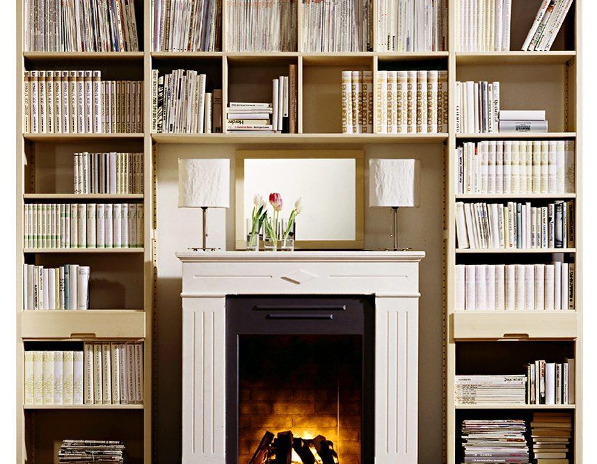 IWELO Regalkombination mit vielen Büchern und einem Kamin