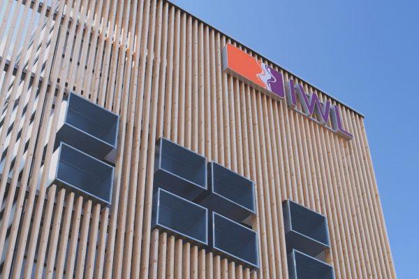 Außenaufnahme des IWL Logos an einem Gebäude