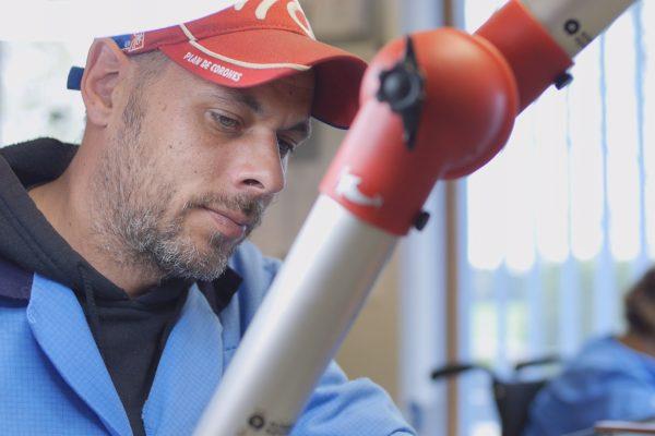 Ein konzentrierter Mann bei der Arbeit