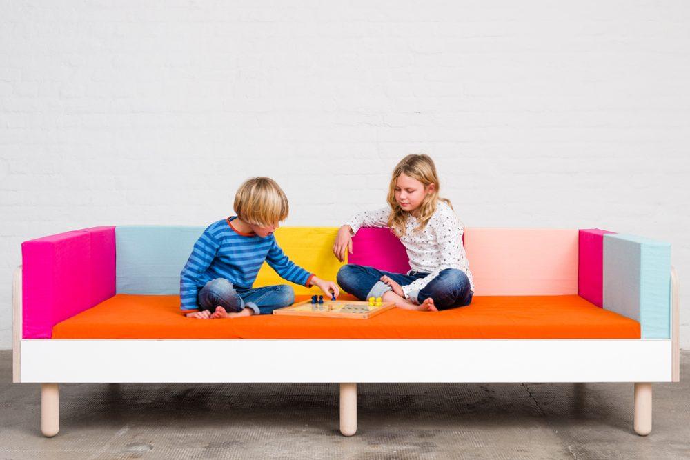 Zwei Kinder spielen Mensch ärgere dich nicht auf dem growing bed