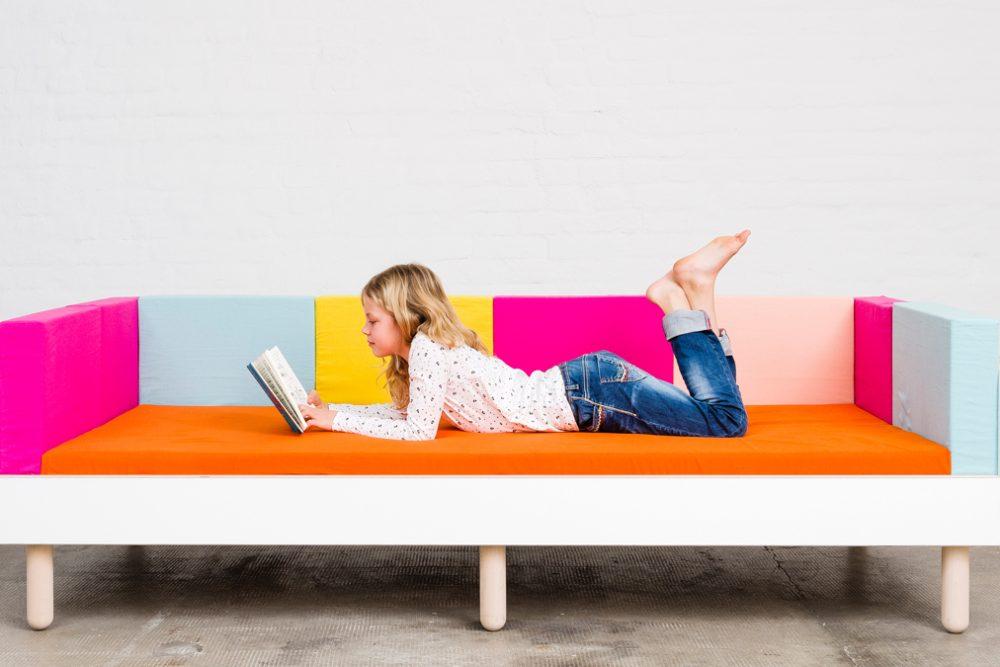 Ein Mädchen liegt auf dem growing bed und ließt ein Buch