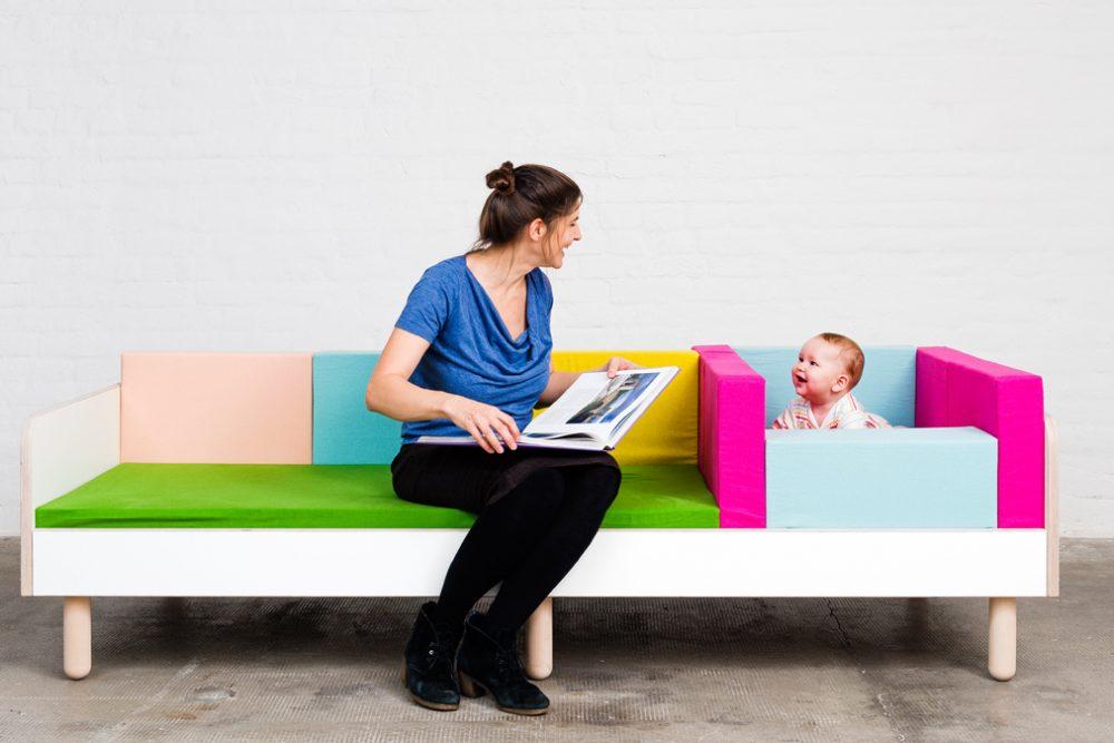 Eine Mutter lächelt ihr Baby an während beide auf dem growing bed sitzen