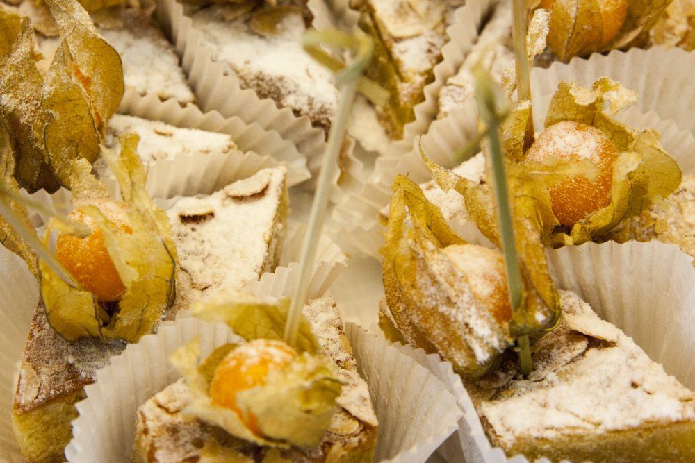 Kleine Kuchen mit Obst und Puderzucker verziert