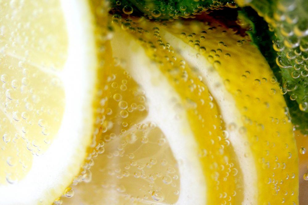 Zitronenscheiben im Wasser mit Kohlensäureblasen