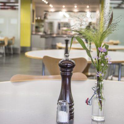 Blick in die Kantine der Pfennigparade von einem Tisch mit Salz und Pfferstreuer