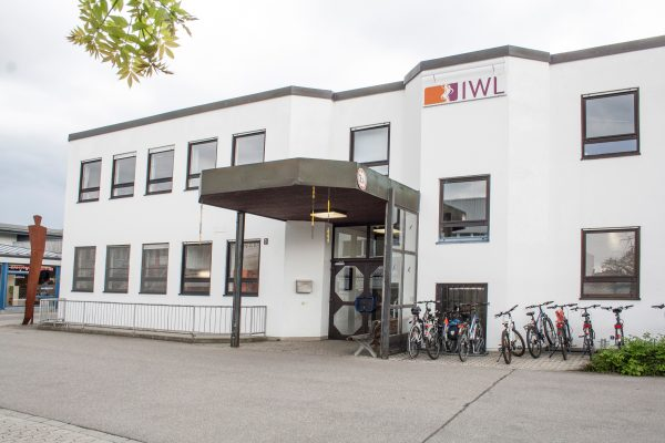 Eingang der IWL Hauptverwaltung in Landsberg am Lech