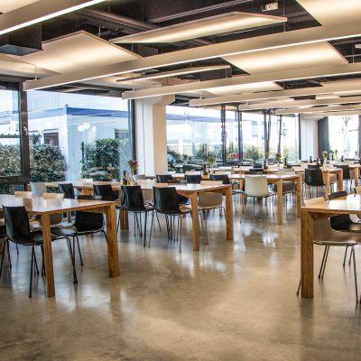 Einblick in das Betriebsrestaurant Garching von iwentcasino. Leere Tische und Stühle