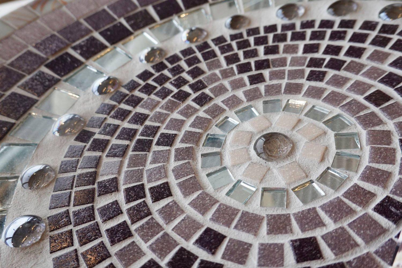 Eine schicke Mosaikschale in lila, rosa und silber
