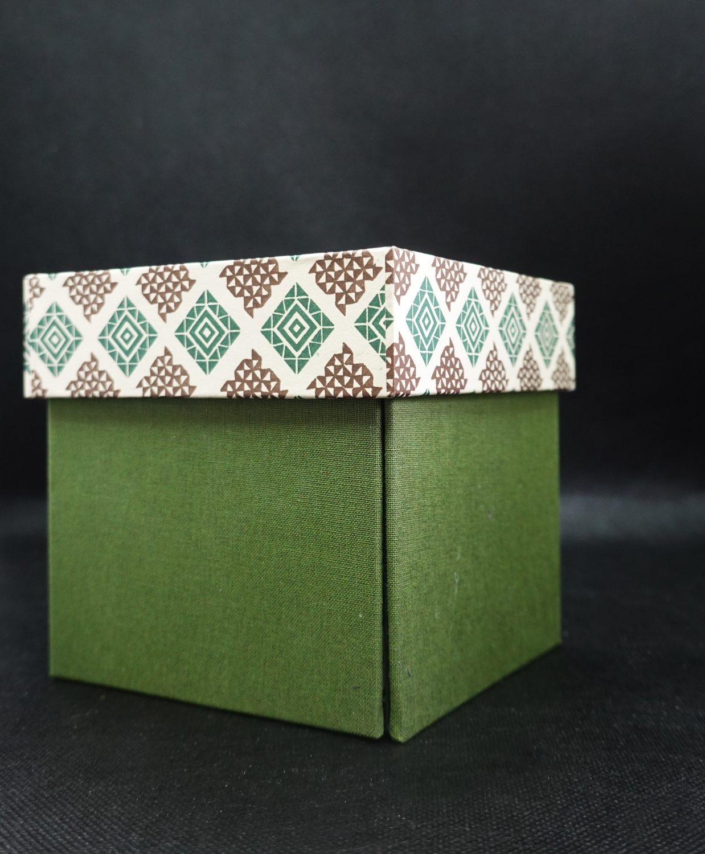grüne Schmuckschachtel mit passendem Deckel