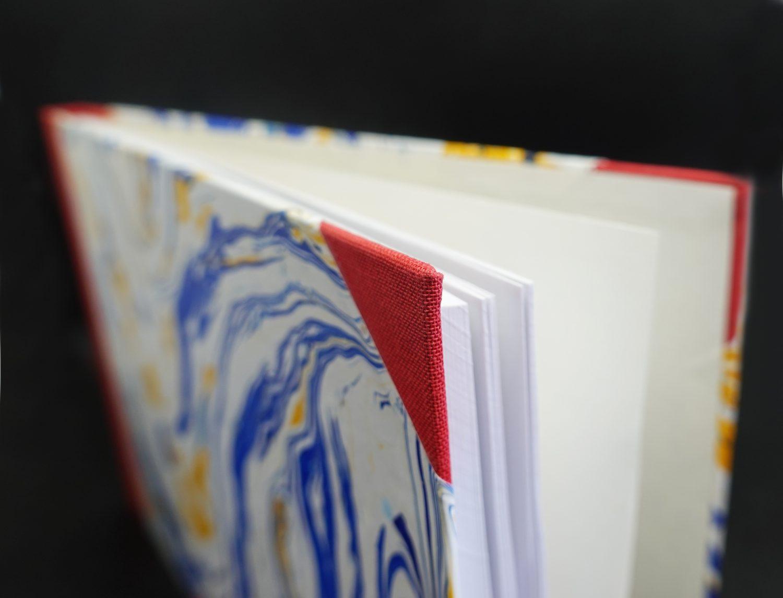 Notizbuch mit geöffneten leeren Seiten