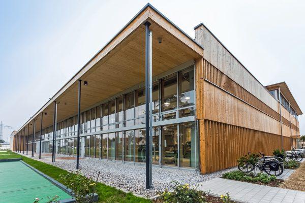 Die Schreinerei der IWL Landsberg, ein modernes Holzgebäude mit großen Fenstern