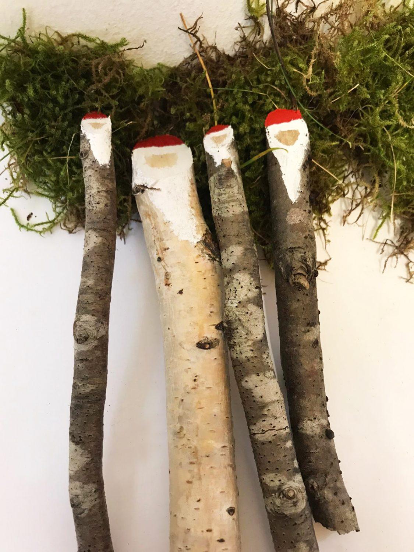 Nikolausstäbe aus Ästen gefertigt.